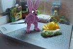Шуточная анимация плюшевого зайца на кухне