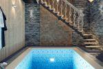 Виз интерьера сауны с бассейном и горизонтальным душем